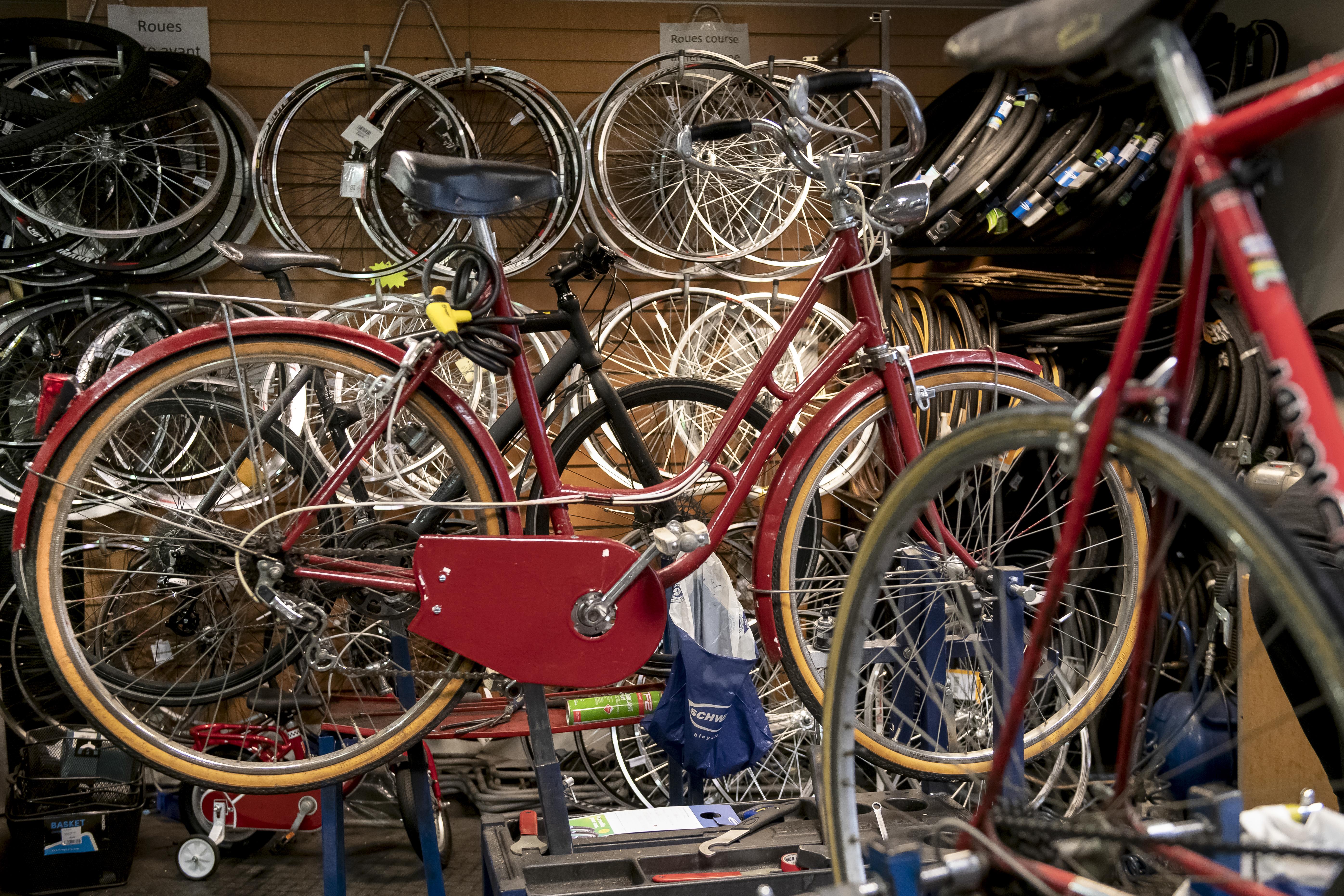 Vélo en réparation dans la boutique Les Petits Vélos de Maurice