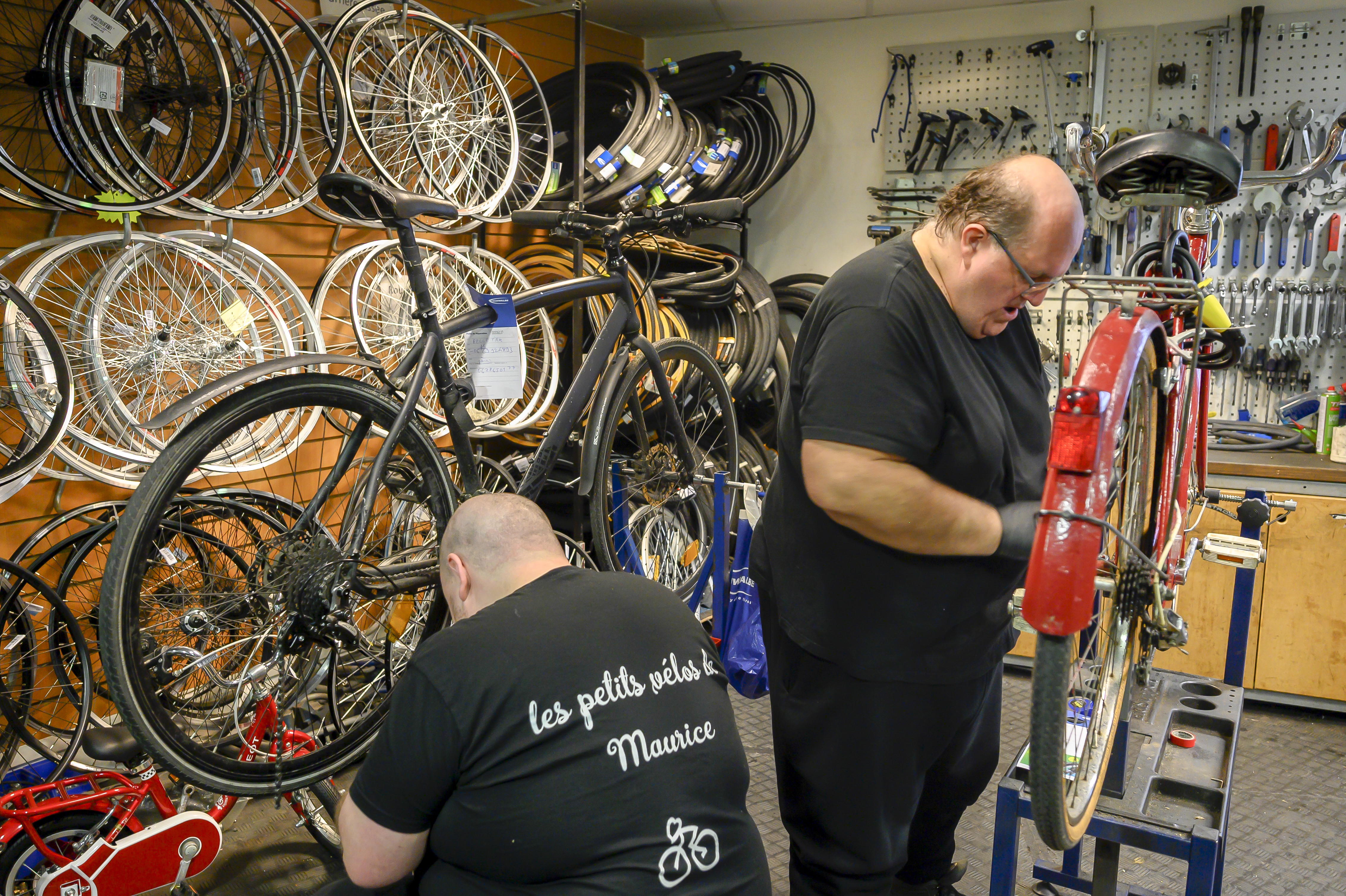 2 réparateurs de vélos chez Les Petits Vélos de Maurice