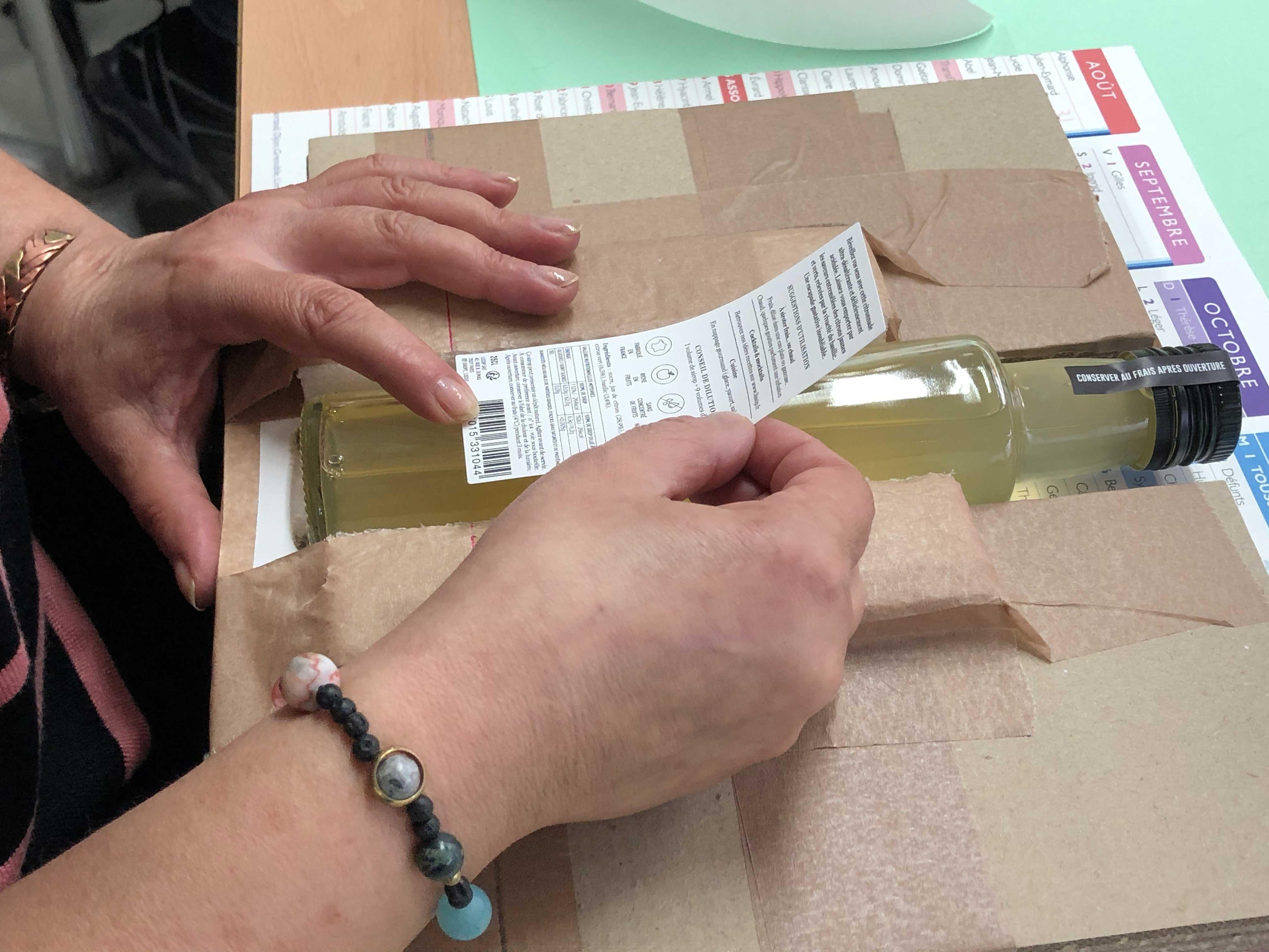Étiquetage des bouteilles Lissip par l'ESAT ANRH Paris 11